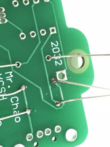 焊接處呈現細微的小山狀,翻過來背面元件的部分也同樣呈現小山狀